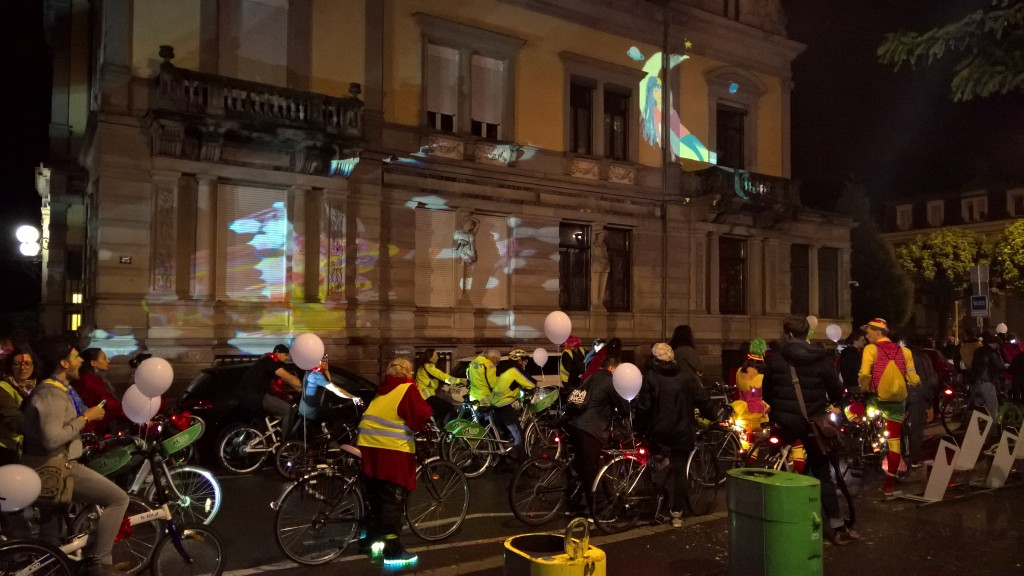 veloparade nocturne - strasbourg - couleurs fluo - ambiance